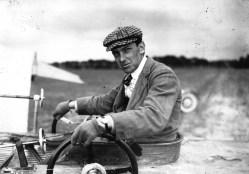 Pionnier de l'aviation et grand sportif de la Belle époque, Hubert Latham est le concurrent malheureux de Blériot dans la traversée de la Manche en 1909.
