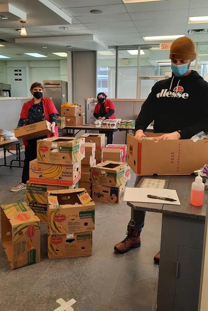 Notre équipe préparant la distribution alimentaire