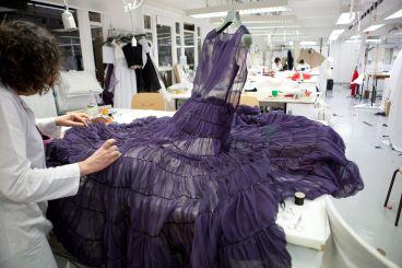 La Haute Couture (Alta Costura) no puede hacerse fuera de París. Aquí te comentamos los motivos.