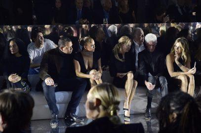 Aprovechando la celebración de los Oscar 2020, Tom Ford mudó su desfile para agasajar a las celebridades con sus creaciones inspiradas en los setenta.