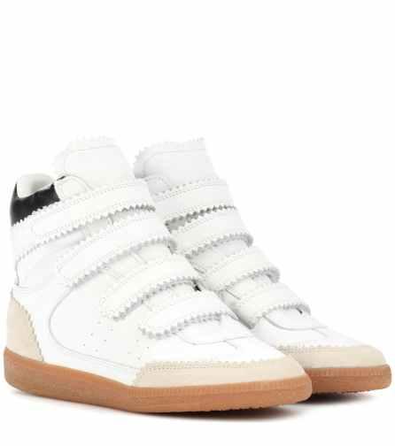 Esta temporada, las influencers han vuelto usar zapatillas blancas para completar sus looks, y la tendencia sigue en crecimiento. Aquí te presentamos algunos modelos para que completes tu look.