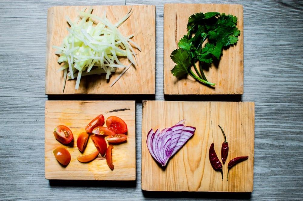 La ensalada asiática es ideal para reuniones donde los platillos picantes abunden; es refrescante y sabrosa. Receta para 4 personas.