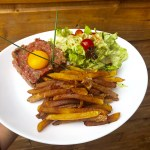Tartare de Boeuf VBF au couteau, servi avec frites maison & salade