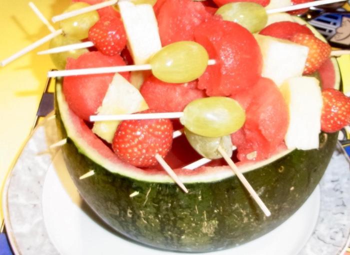 Obstspieße auf Melonengrill