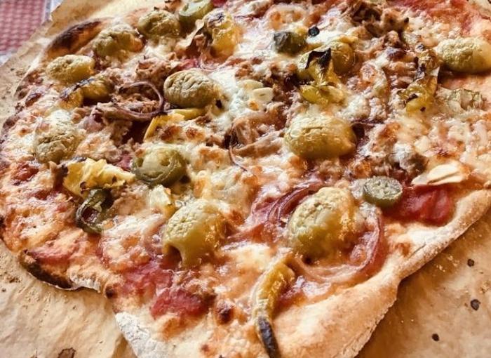 Pizza tonno con cipolla e peperoni