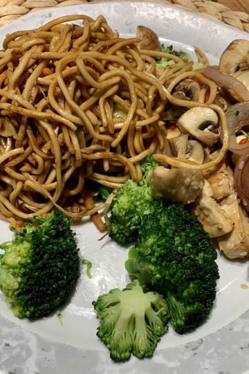 Wok-Nudeln mit Brokkoli und Sesam Hähnchen