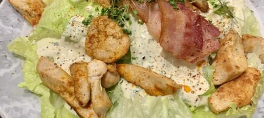Eisbergsalat mit crossen Bacon und Hühnchenfilets