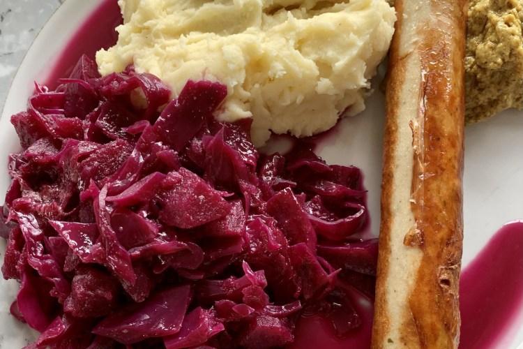 Bratwurst mit Rotkohl und Kartoffelpüree