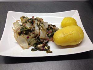 Mangold mit Rosinen und Pinienkernen und Kartoffeln