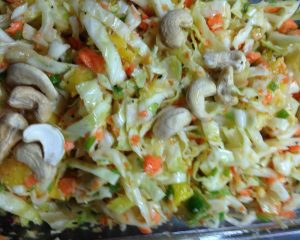 Weißkohl Möhren Salat mit Ingwer, Chili, Mango und Cashewkernen