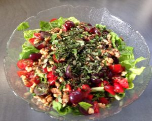 herbstsalat mit Trauben und Walnüssen und Gartenkräutern