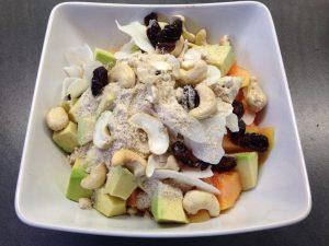 Frühstück mit Avocado, Papaya, Mango, Cranberry, Cashew, Kokos, Erdmandel