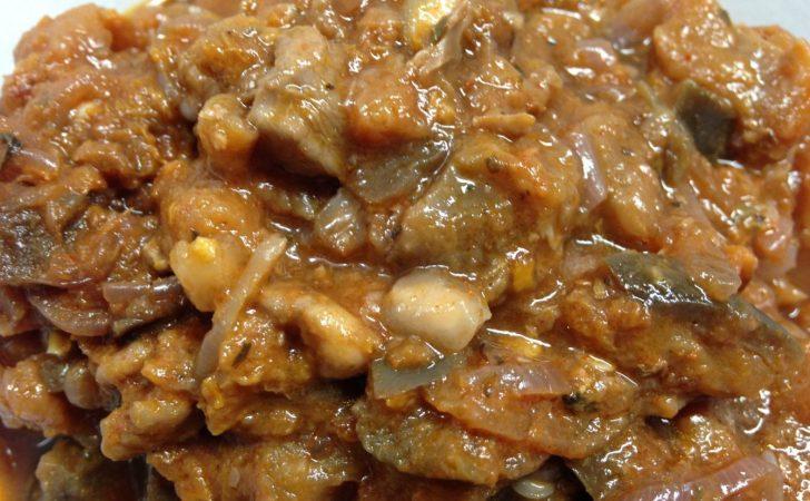 Auberginen Aprikosen Curry mit roten Zwiebeln und Granatapfelkernen