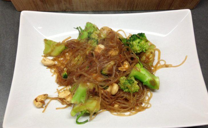 Glasnudeln mit Brokkoli, Chili, knoblauch und Cashewkernen mit Soja-Soße