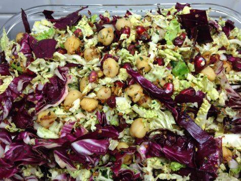 Radicchio Wirsing Salat mit Avocado, Kichererbsen und Granatapfelkernen