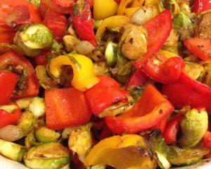 Gebratener Rosenkohl und Paprika mit Scharlotten und Ingwer in Chili Dressing