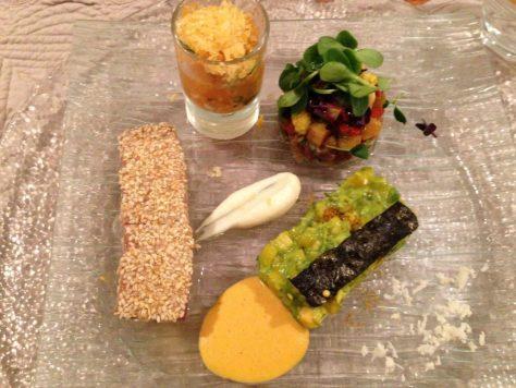 Thunfisch mit Sesam, Maki aus Avocado, Mango und Yuzu, Blumenkohlmus, Currysoße und Shisho Blätter