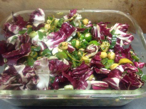 Kichererbsen, Radicchio, Oliven, Frühlingszwiebeln, Minze und Koriander
