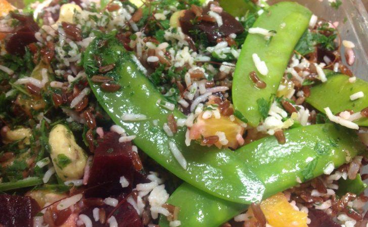 Reissalat mit Roter Bete, Orangen, Zuckerschoten, Cashewkernen und Minze