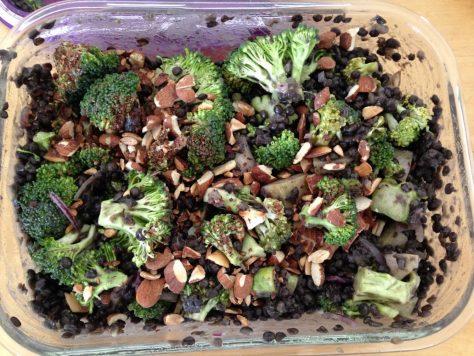 Brokkoli Salat mit Beluga Linsen und gerösteten Mandeln und Honig-Senf Dressing