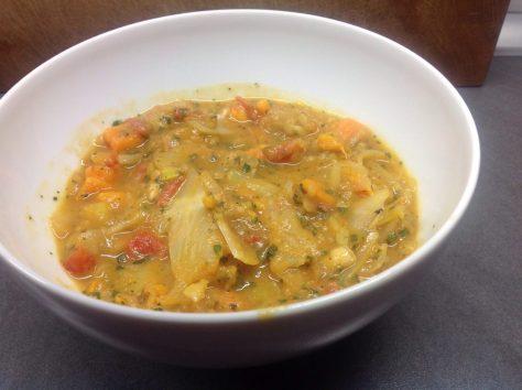 Weißkohl Süßkartoffel Curry mit Tomaten und Erdnüssen