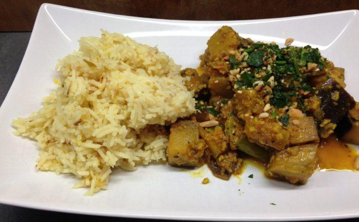 Auberginen Curry mit grünen Pfefferschoten in Erdnuss Kokos Tamarinden Soße