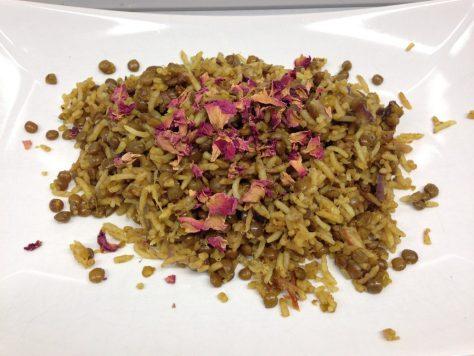 Persischer Linsenreis mit Rosinen, Datteln, Pistazien und gerösteten Zwiebeln