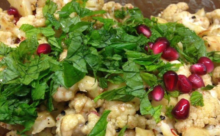 Gerösteter Blumenkohl Salat mit Granatapfelkernen, Sesam und Minze