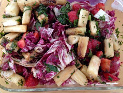 Erdbeer Radicchio Salat mit gebratenem Spargel und Minze