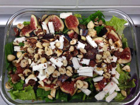 Blattsalat mit frischen Feigen, Haselnüssen und Ziegenkäse