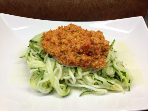 Zucchini Spaghetti mit Tomatenpesto