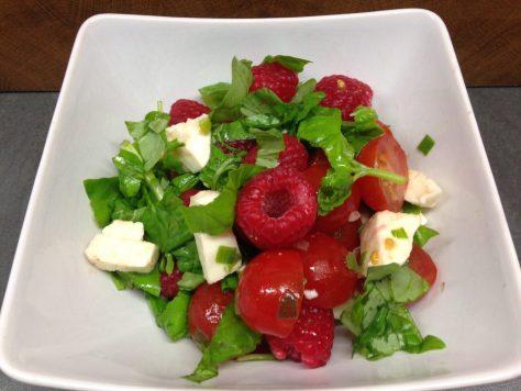 Tomaten Himbeer Salat mit Büffelmozarella und Basilikum