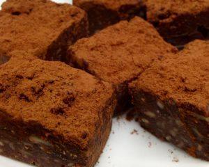 Vegane Brownies mit Datteln und Nüssen, glutenfrei