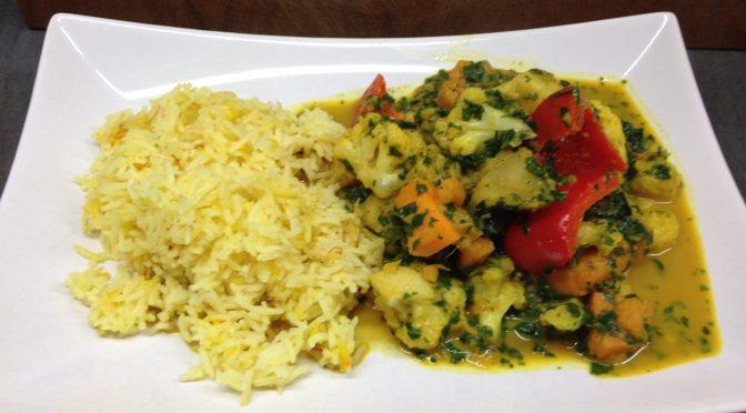 Blumenkohl Curry mit Süßkartoffeln, Spinat und Safran Reis
