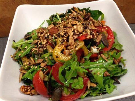 Ruccula Salat mit Tomaten, Paprika und gerösteten Nüssen