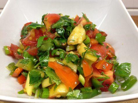 Paprika Tomaten Salat mit Mango, Ananas und Koriander