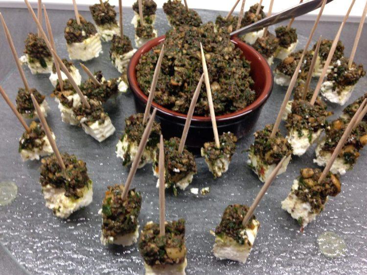 Schafskäse Sticks mit Oliven Haselnuss Gemolata