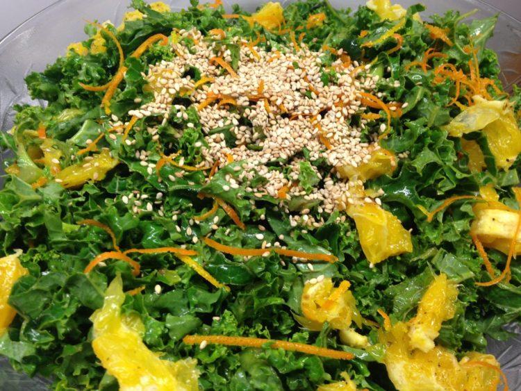 Grünkohl Salat mit Ingwer, gerösteten Orangen und Sesam