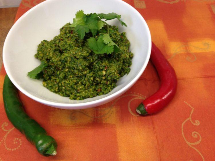 Thai Koriander Pesto mit Chili und Erdnüssen