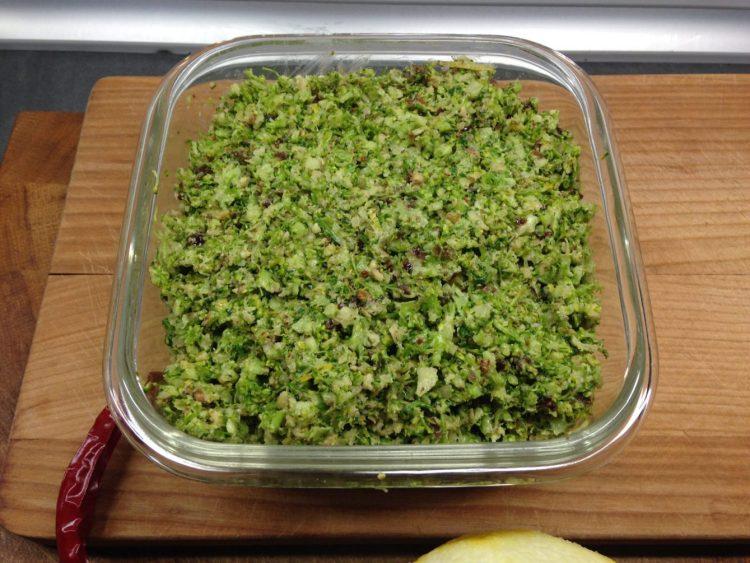 Brokkoli Pesto mit Walnüssen, Cranberries und Zitrone