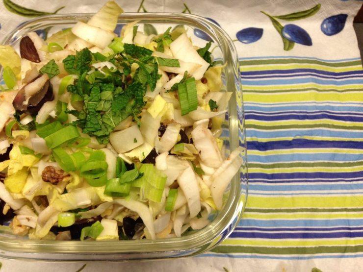 Chicorée Salat mit Trauben, Walnüssen und Feigen-Senf Dressing