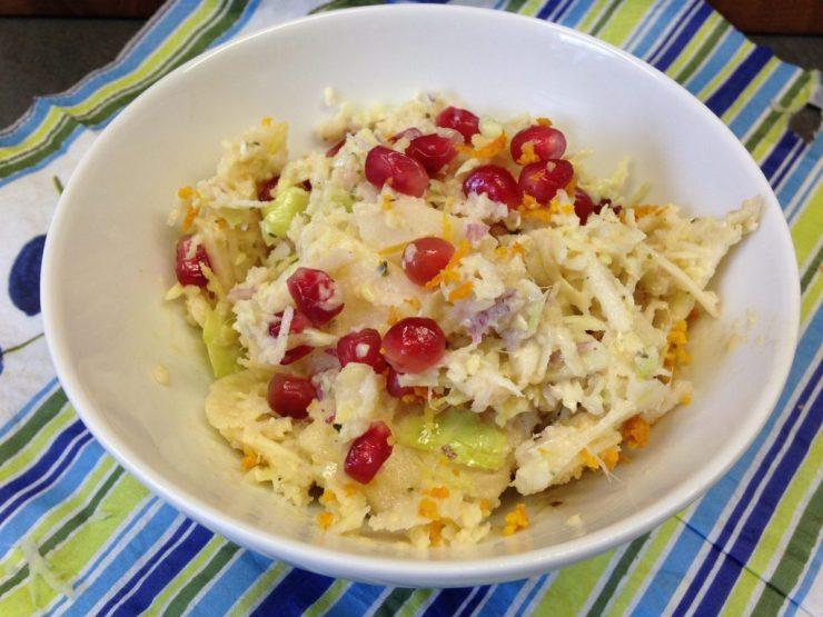 Weißkraut Salat mit Granatapfelkernen und Mandel Ingwer Hanf Dressing