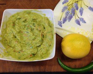 Klassischer Guacamole Dip mit Avocado und Tomaten