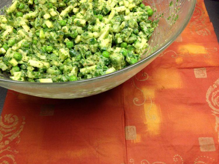 Erbsen Salat mit Avocado, Zucchini und Tahini Senf Mayonnaise