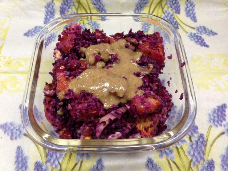 Rotkohl Salat mit Datteln, Granatapfelkernen, Orange und Walnüssen