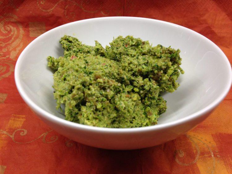 Brokkoli Pesto mit Kürbiskernen, Aprikosen, Chili und Rosmarin