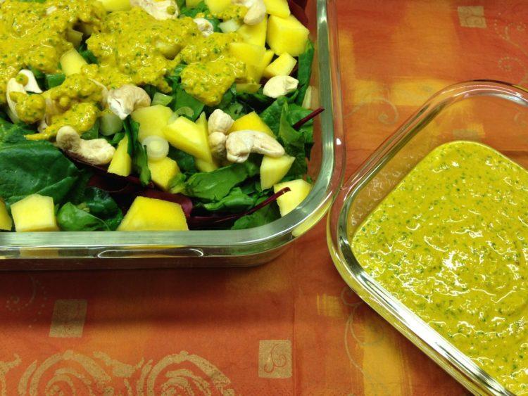 Spinatsalat mit cremigem Mango Kurkuma Ingwer Tahini Dressing