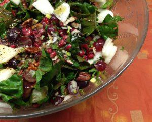 Mangoldsalat mit Birne, Granatapfelkernen, Trauben, Pekan Nüssen und Dattel Vinaigrette