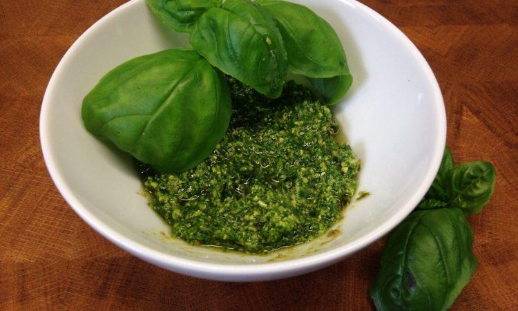 Klassisches Pesto mit Basilikum und Pinienkernen