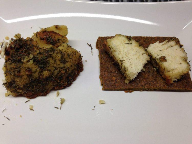 Rohkost Brot mit Feta aus Mandeln mit Ahornsirup und Thymian Öl